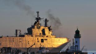 Le porte-hélicoptères «Vladivostok», de type Mistral, que la France doit livrer à la Russie fin 2014, quitte le port de Saint-Nazaire pour un premier essai en mer, le 5 mars 2014.