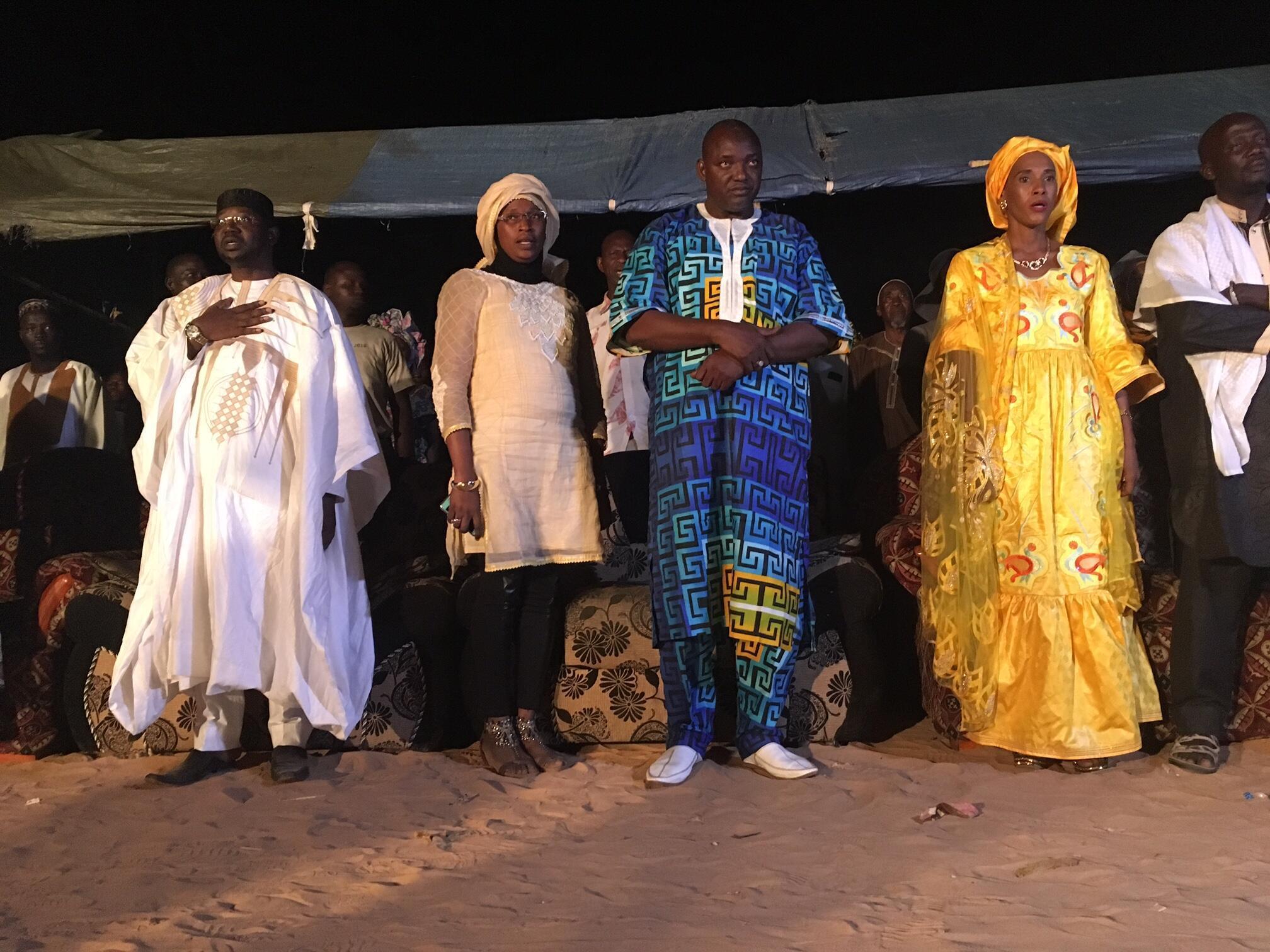 Le candidat à la présidentielle Adama Barrow, (au centre) lors d'un meeting de l'opposition le 28 novembre 2016.