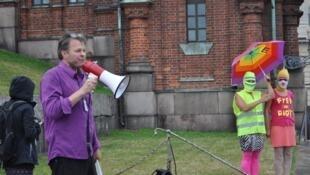 Профессор Тейво Тейвайнен на акции у Успенского собора в Хельсинки