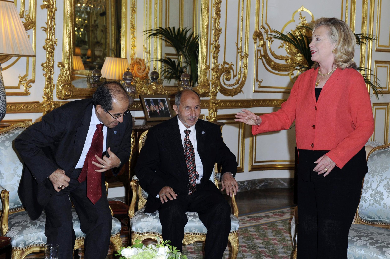 """Ngoại trưởng Mỹ Hillary Clinton gặp lãnh đạo Hội đồng chuyển tiếp Quốc gia Libya Mustafa Abdel Jalil tại Paris nhân hội nghị quốc tế """"Những người bạn của Libya"""", ngày 1/9/2011."""