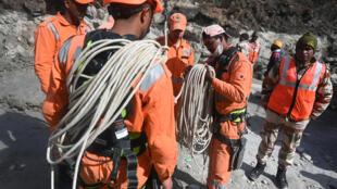 Preparación de un equipo en la operación de rescate cerca de un túnel bloqueado por escombros en Tapovan, en la región de Chamoli, el 9 de febrero de 2021