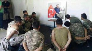 مجبور کردن سربازان بازداشتی برای خیره ماندن ممتد به عکس اردوغان