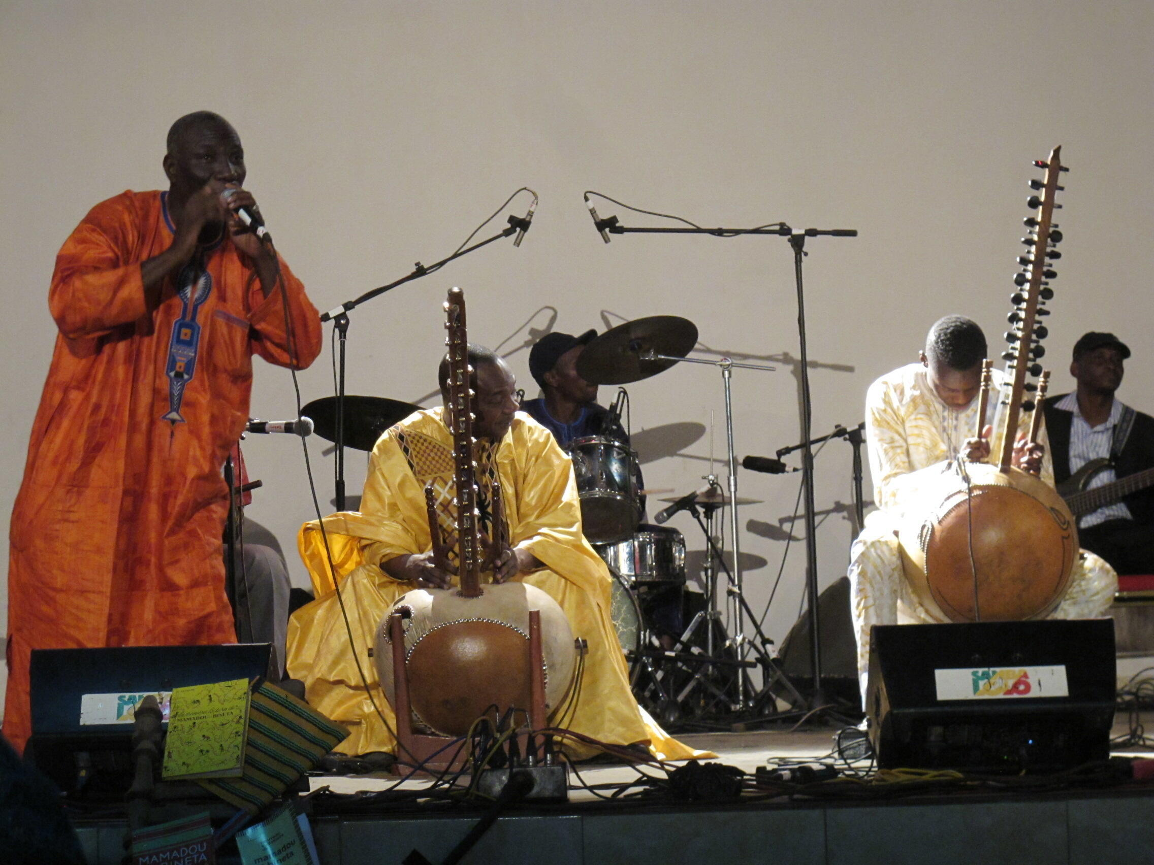 Toumani Diabaté, seu filho Sidiki e seu grupo Symmetric Orchestra no festival Akoustik Bamako