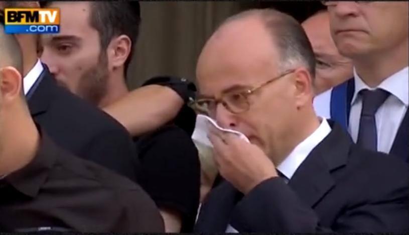 Ministro do Interior, Bernard Cazeneuve, não conteve as lágrimas durante cerimônia de enterro do empresário Hervé Cornara.