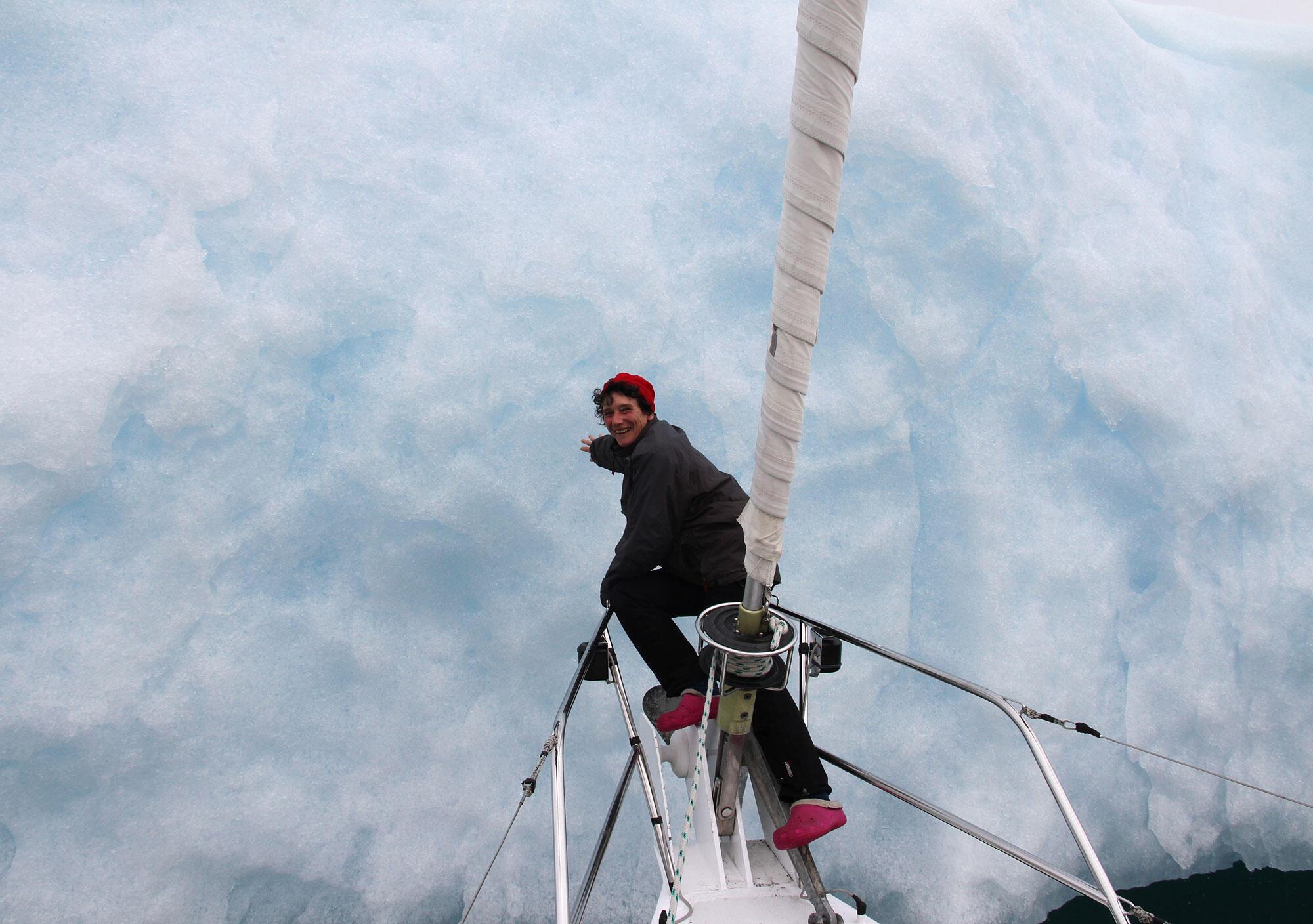 Isabelle Autissier, première femme de l'histoire maritime à avoir fait le tour du monde à la voile en solitaire, ici en Alaska.