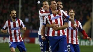 Mario Mandžukić festeja su tercer gol con sus compañeros ante el Olympiacos, este 26 de noviembre en Madrid.