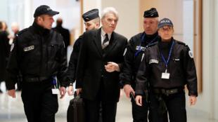 O  empresário  e  ex-ministro Bernard Tapie à sua  chegada ao Tribunal de Paris  no dia 14  de Março  de 2019.