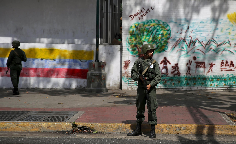 Lính quân đội canh phòng tại thủ đô Caracas, trước một điểm bỏ phiếu, Chủ Nhật ngày 06/12/2015.