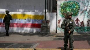 Sojoji na tsaron rumfunan zabe a Caracas babban birnin  kasar lahadi 6 décembre.2015
