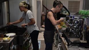 Một cặp vợ chồng Hồng Kông tị nạn đang làm việc trong quán cà phê, tại thành phố Cao Hùng (Kaohsiung), Đài Loan. Ảnh chụp ngày 13/11/2019.