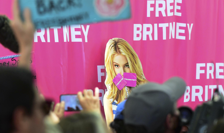 Seguidores de Britney Spears delante de un tribunal en Los Ángeles, el 23 de junio de 2021