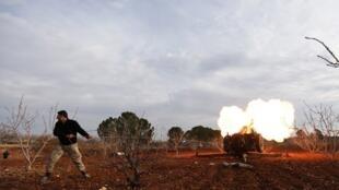 Un combattant rebelle tire un missile vers des positions de l'armée syrienne, dans la province d'Idleb, le 11 janvier 2017.