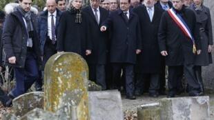 El presidente francés visita el cementerio judío profanado de Sarre-Union.