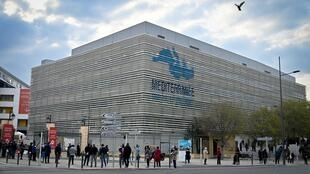 People queue in front of a top Marseille hospital to get a Pessoas fazem fila na frente de um dos principais hospitais de Marselha para fazer um teste de coronavírus sob demanda depois que um de seus especialistas em doenças infecciosas, o controverso professor Didier Raoult, abriu as portas para todos, contra a política oficial