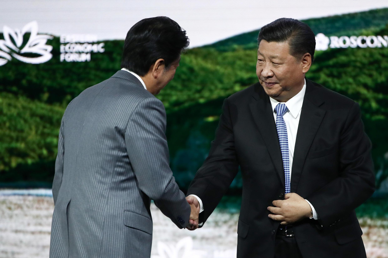 2018年9月12日,日本首相安倍晉三(左)在俄羅斯海參崴出席東亞經濟論壇活動時與中國國家主席習近平握手寒暄。