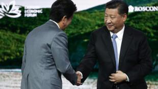 Ảnh minh họa: Thủ tướng Nhật Shinzo Abe (T) và chủ tịch Trung Quốc Tập Cận Bình tại Diễn đàn kinh tế Vladivostok, Nga ngày 12/09/2018