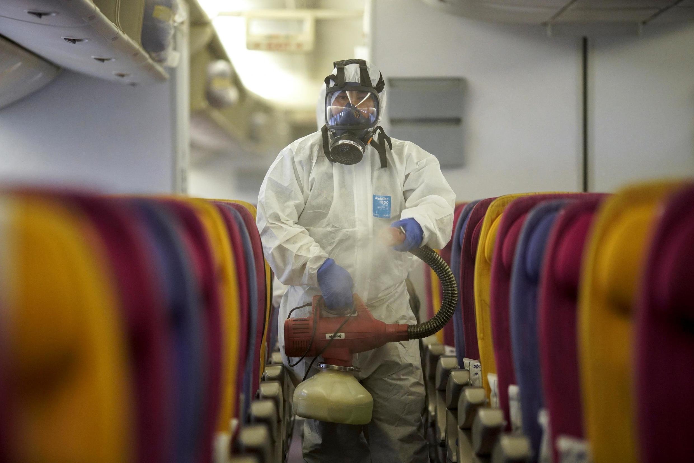 Desinfectar los aviones entre cada vuelo forma parte del protocolo actual.