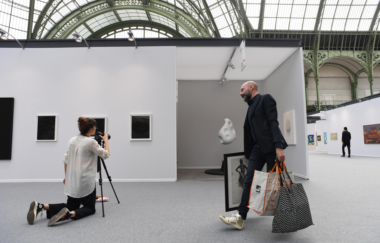 Подготовка к ярмарке современного искусства Art Paris Art Fair, Гран-Пале, Париж, 29 марта 2017 г.