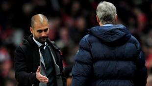 Mai horar da 'yan wasan Bayern Munich, Pep Guardiola Tsohon kocin Barcelona yana mika wa kocin Arsenal Arsene Wenger hannu a lokacin wasa tsakanin Barcelona da Arsenal