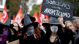 """Protesta de militantes por el derecho al aborto disfrazadas de """"brujas abortistas"""", el 28 de septiembre de 2017 en París."""