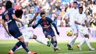 Neymar, avançado brasileiro do PSG (no centro), e Dante Bonfim, defesa brasileiro do Nice (na esquerda de Neymar na foto), durante o encontro que terminou com um empate entre as duas equipas.