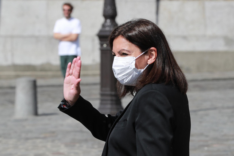 A prefeita de Paris Anne Hidalgo, usando uma máscara para se proteger do coronavírus em 9 de abril de 2020, diante da Basílica de Sacre Coeur em Paris.