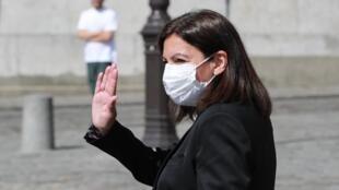 Paris Mayor Anne Hidalgo wears a mask as she visits Sacré Coeur Basilica, 9 April 2020.