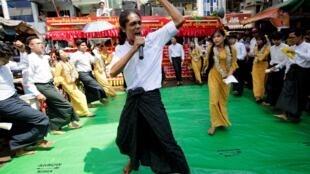 Sinh viên trường Đại Học Dagon biểu diễn văn nghệ nhân dịp Năm Mới Miến Điện, Rangoon, ngày 13/04/2019
