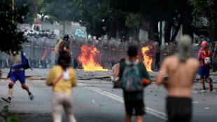 Les manifestants affrontent les forces de l'ordre durant la grève générale contre l'élection de la Constituante voulue par le président Maduro, à Caracas, le 26 juillet 2017.