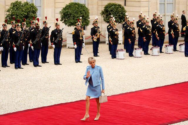ورود همسر امانوئل ماکرون «بریژیت» که بر اساس پروتکل، پیش از رئیس جمهوری جدید وارد کاخ می شود.