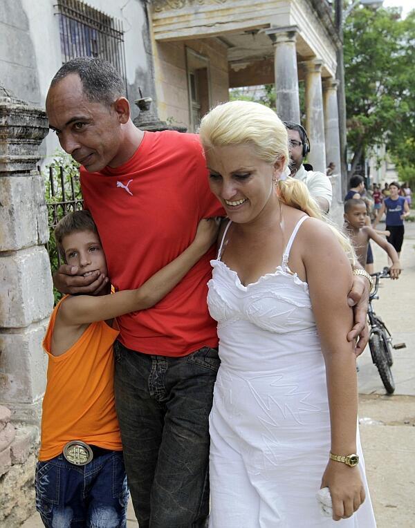 Диссидент Дарси Феррер возвращается домой вместе с женой и сыном