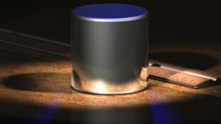 Fotografía del cilindro que establece el peso del kilogramo.