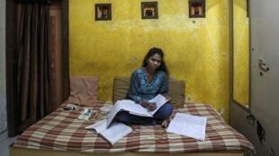 Une lycéenne révise dans sa chambre à Bombay, le 11 mars 2014