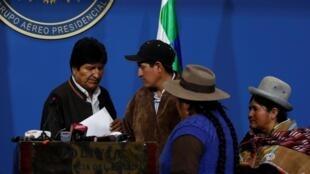 Le président Morales après l'annonce de sa démission, dans un hangar de l'armée de l'Air à El Alto, le 10 novembre 2019.