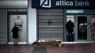 L'été dernier, alors que la Grèce a frôlé le défaut de paiement et que la pauvreté frappait le pays, de nombreuses personnes préfèrent retirer leur argent des banques.