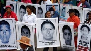 Manifestación por las víctimas de Ayotzinapa.