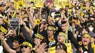 Dự thảo hiệp ước dịch vụ ký kết giữa Bắc Kinh và Đài Bắc không tham luận ý dân đã dẫn đến cuộc biểu tình phản đối rầm rộ của sinh viên Đài Loan hôm 30/04/2014.