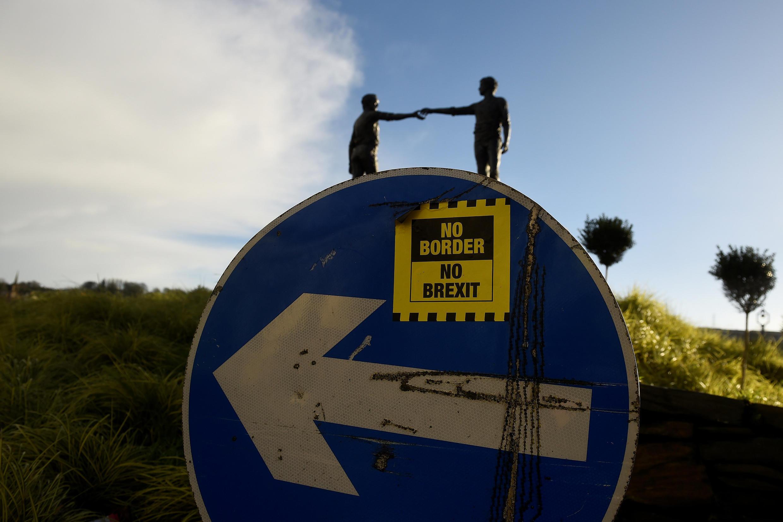 Un autocollant «pas de frontière, pas de Brexit» collé sur un panneau de signalisation à Londonderry.