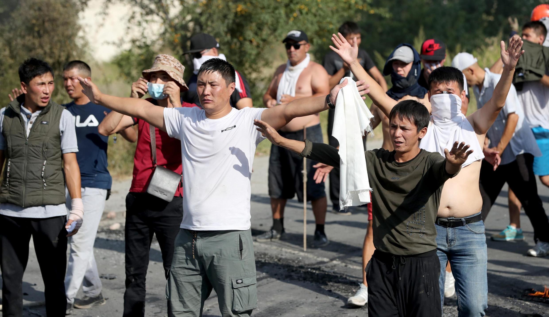 Les partisans de l'ancien président kirghize Almazbek Atambayev au cours d'un raid visant à arrêter Atambayev, accusé de corruption, le 8 août 2019, près de Bichkek.
