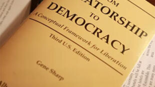 """From dictatorship to democrary"", livro de Gene Sharp."