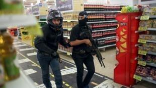 Israelenses patrulham supermercado na estação rodoviária central de Jerusalém, após esfaqueamento de uma mulher