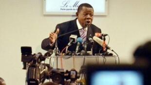 Msemaji wa serikali ya Jamhuri ya Kidemokrasia yaCongo, Lambert Mende, akikanusha kutokueko kwa wanajeshi wa Burundi katika aridhi ya Congo.