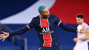 L'attaquant du Paris Saint-Germain, Kylian Mbappé, célèbre son but contre Lorient, lors de leur match de L1, le 16 décembre 2020 au Parc des Princes
