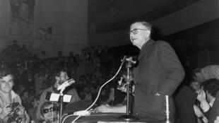 1968年5月22日,薩特在巴黎索邦大學演講。