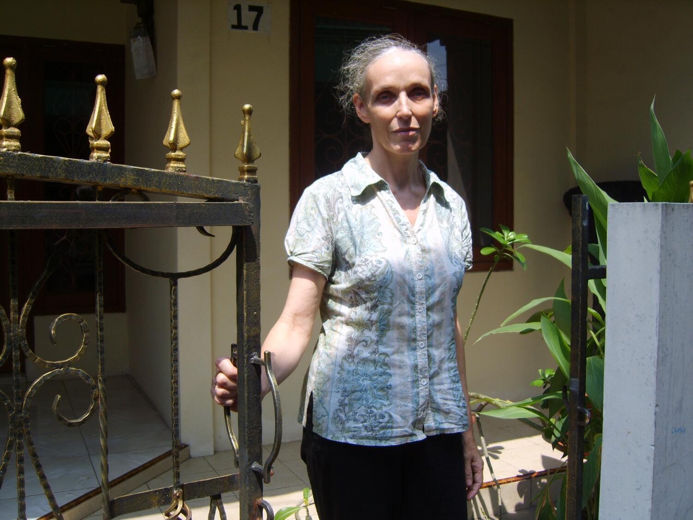 Hélène Le Touzey, mère de Michaël Blanc, ici sur le perron de sa petite maison dans le sud de Jakarta, en 2009.