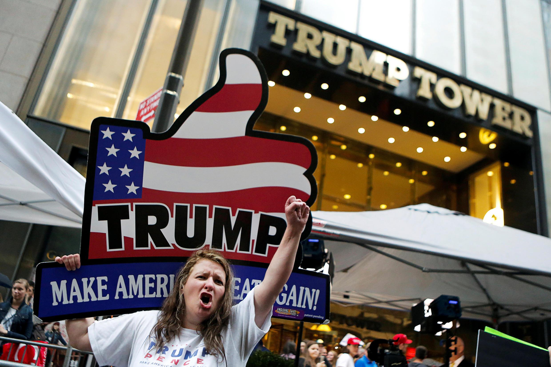 Cảnh người nhiệt tình ủng hộ ứng viên Doanald Trump, trước nơi ông ở, tại Manhattan,  New York. Ảnh ngày 08/10/2016