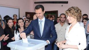 Bachar el-Assad, candidat à sa propre succession, a rempli son devoir électoral, en compagnie de son épouse Asma, dans le centre de Damas ce mardi matin.