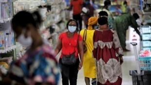 Des Ivoiriens se déplacent masqués dans les rues d'Abidjan le 28 mai 2020.