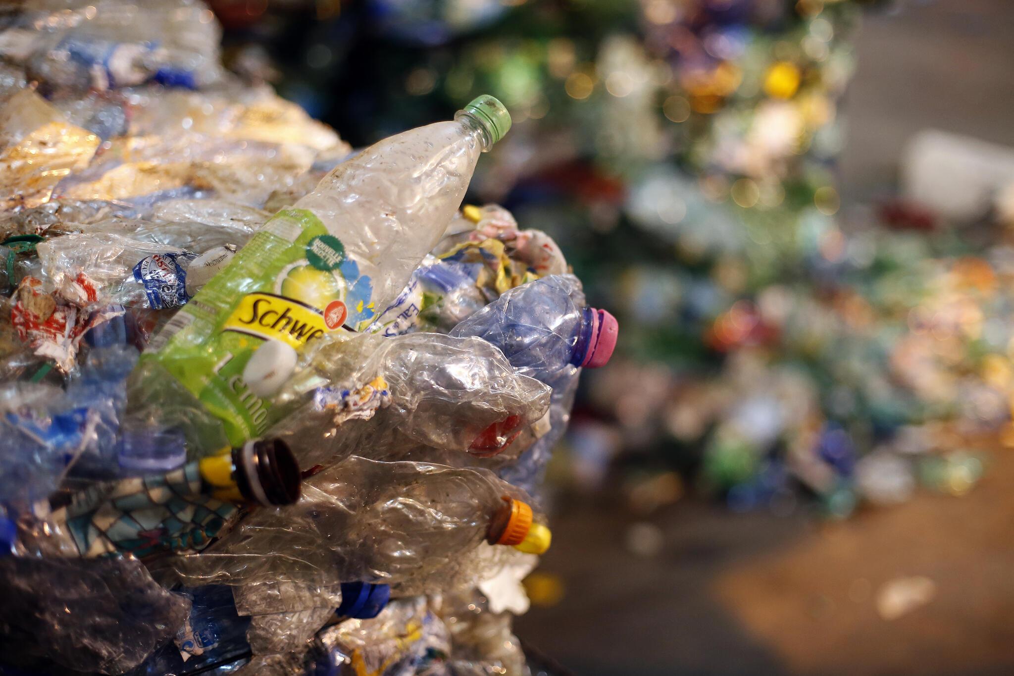 Des bouteilles plastiques triées et compactées, dans le centre de tri de Sevran.