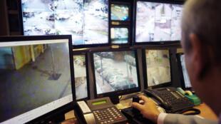 La policía de Sartrouville, al norte de París, vigila con cámaras el 25 de noviembre de 2009